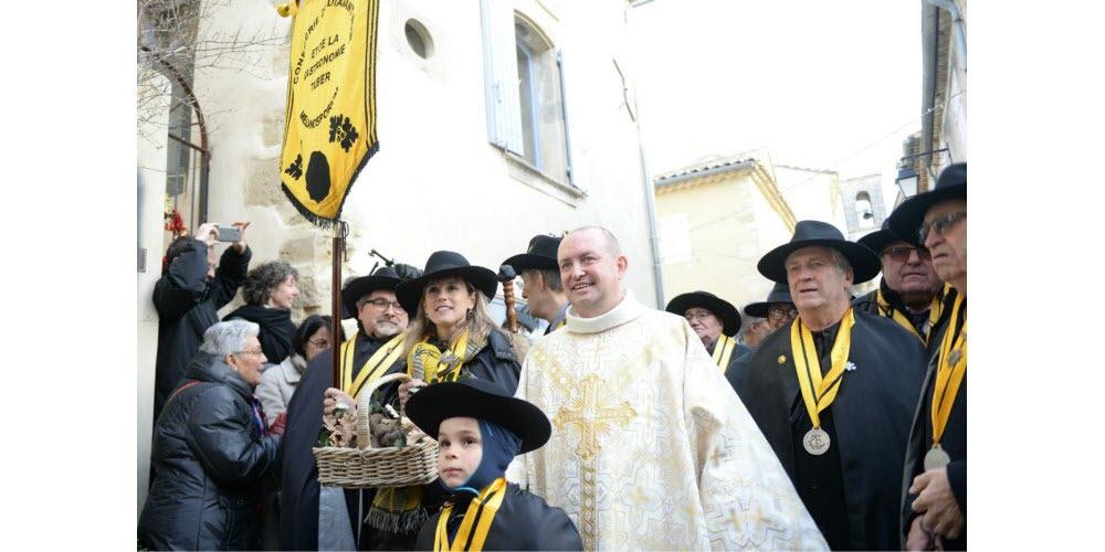 la-procession-dans-les-rues-jusqu-au-parvis-de-la-mairie-1579453806